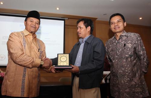 Dr Fachruddin Mangunjaya menerima plakat dari Wakil Ketua MPR Ustaddz Dr.Hidayat Nur Wahid (dikutip dari Teropong Senayan.com)