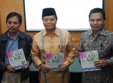 Wakil Ketua MPR RI Hidayat Nur Wahid didamping  Dr Fachruddin Mangunjaya dan