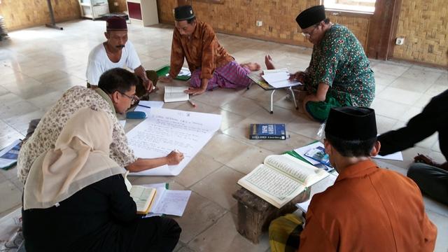 Peserta lokalatih sedang merancang bahan diskusi tentang konservasi satwa berbasis fatwa
