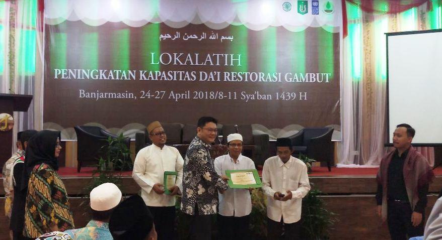Kepala BRG Nazir Foead, memberikan sertifikat kepada perwakilan peserta pelatihan (Foto: Muhammad Bahrul Ilmi/PPI UNAS)