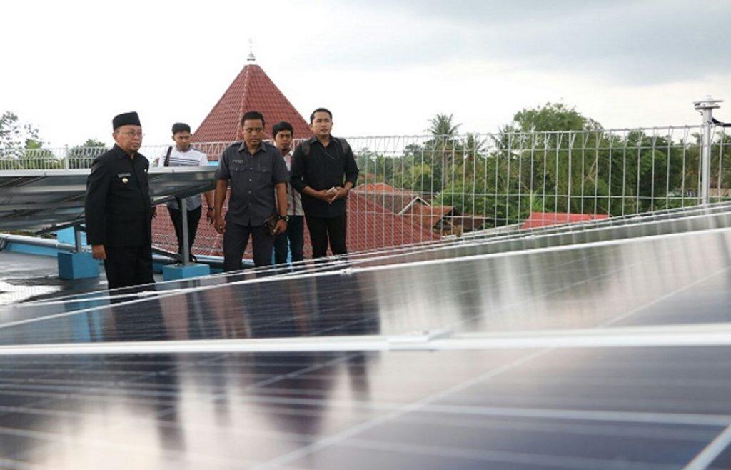 Pondok Pesantren Annuqayyah di Madura, Jawa Timur yang menggunakan panel surya sebagai sumber energi yang ramah lingkungan.